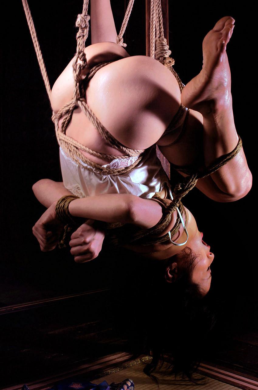 【SMエロ画像】何も手出しがなくとも苦痛…宙吊り緊縛されたM女たちwww 15