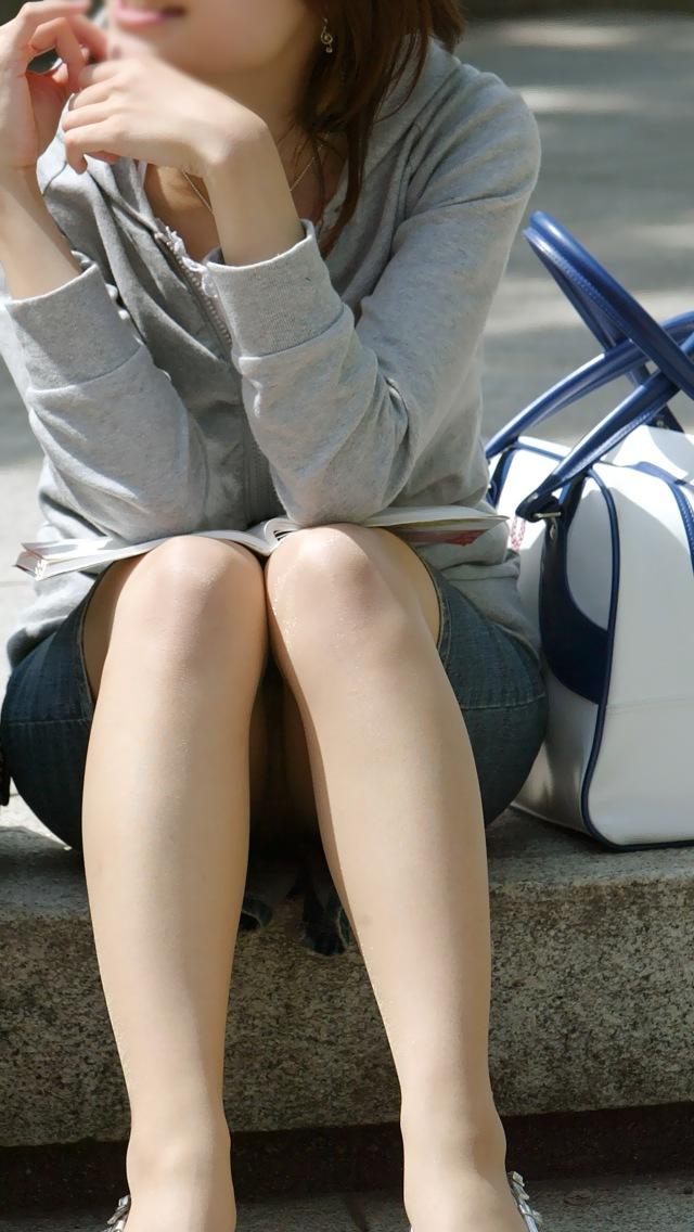 【パンチラエロ画像】なぜ丸見え…無自覚が多過ぎな座りパンチラ素人たちwww 08
