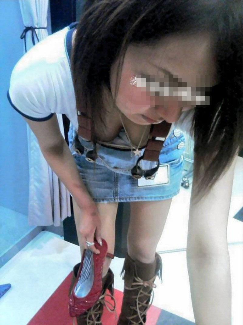 【ブラチラエロ画像】カップが浮くと…乳頭も期待できる胸チラ&ブラチラwww 09