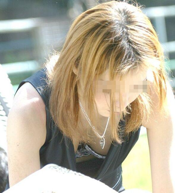【ブラチラエロ画像】カップが浮くと…乳頭も期待できる胸チラ&ブラチラwww 15