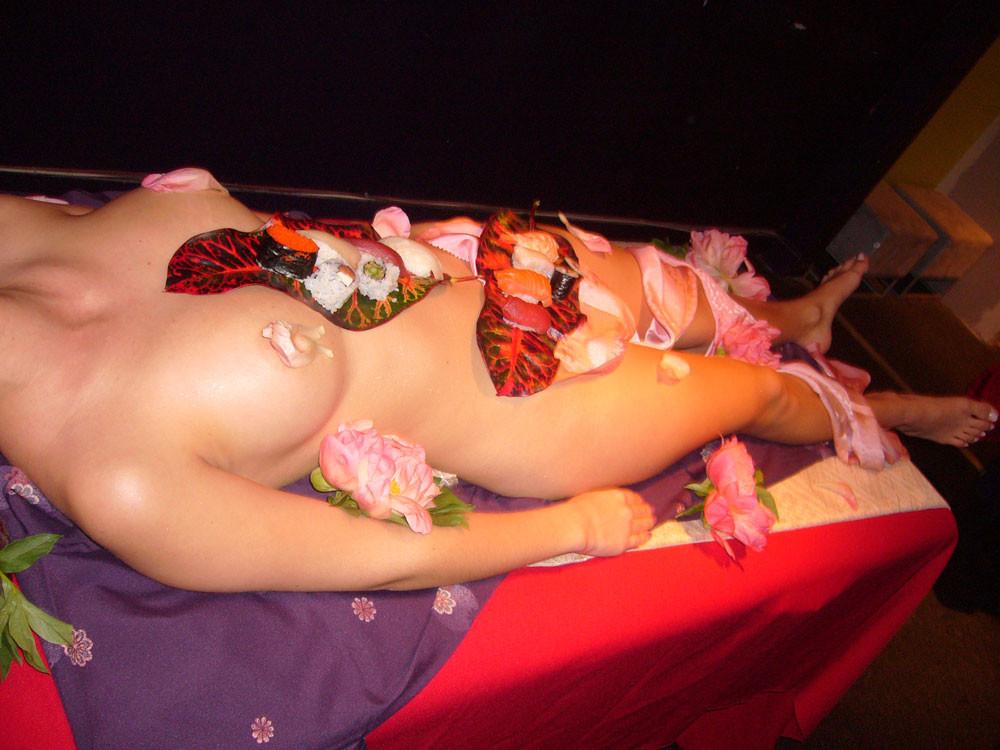【女体盛りエロ画像】鮮度のあるうちに完食推奨w選ばれた者だけが味わえる女体盛りwww 04