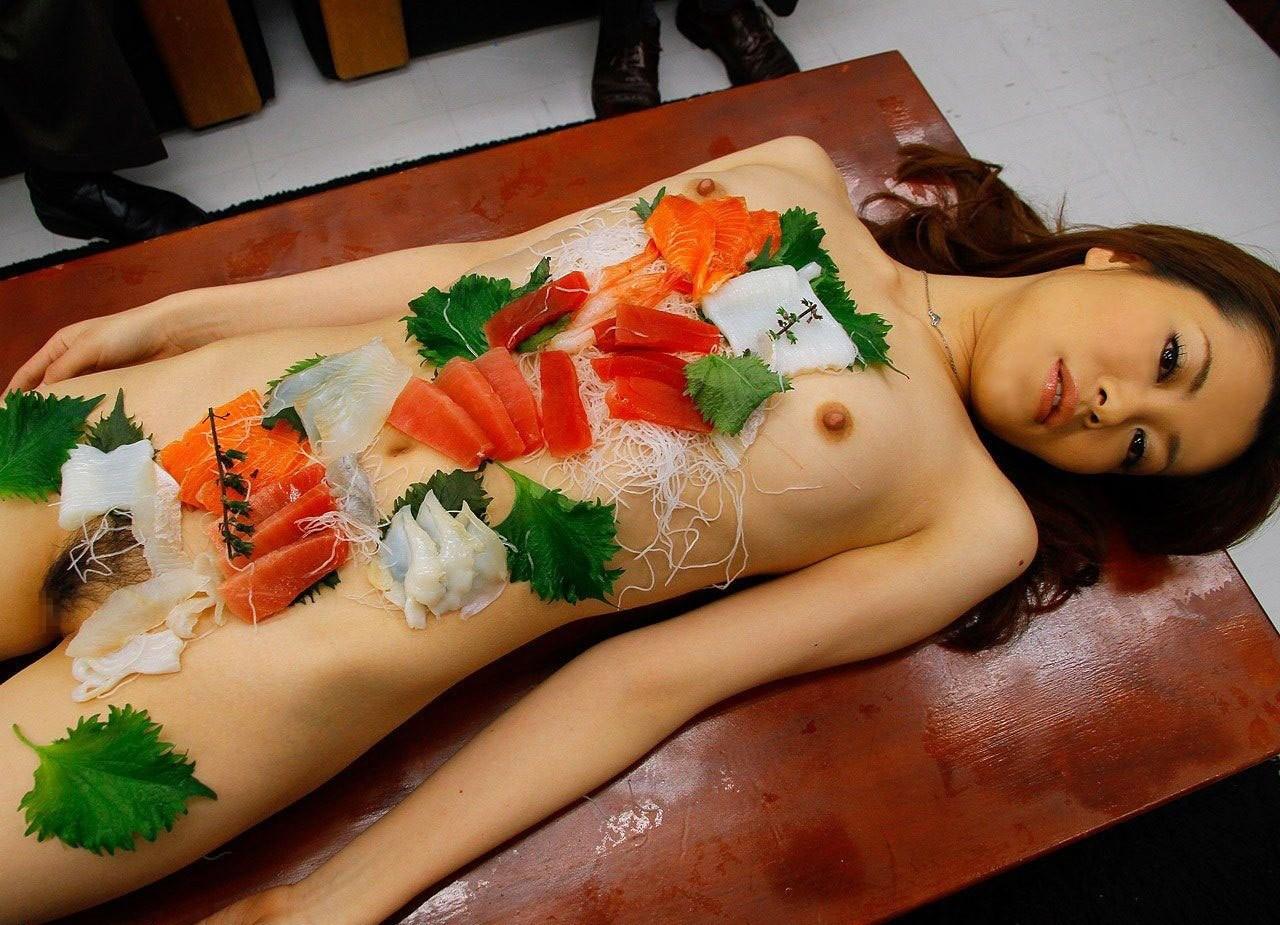 【女体盛りエロ画像】鮮度のあるうちに完食推奨w選ばれた者だけが味わえる女体盛りwww 08