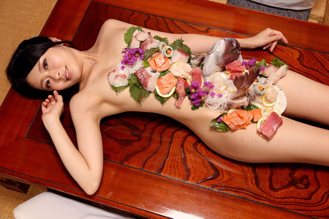 【女体盛りエロ画像】鮮度のあるうちに完食推奨w選ばれた者だけが味わえる女体盛りwww 11