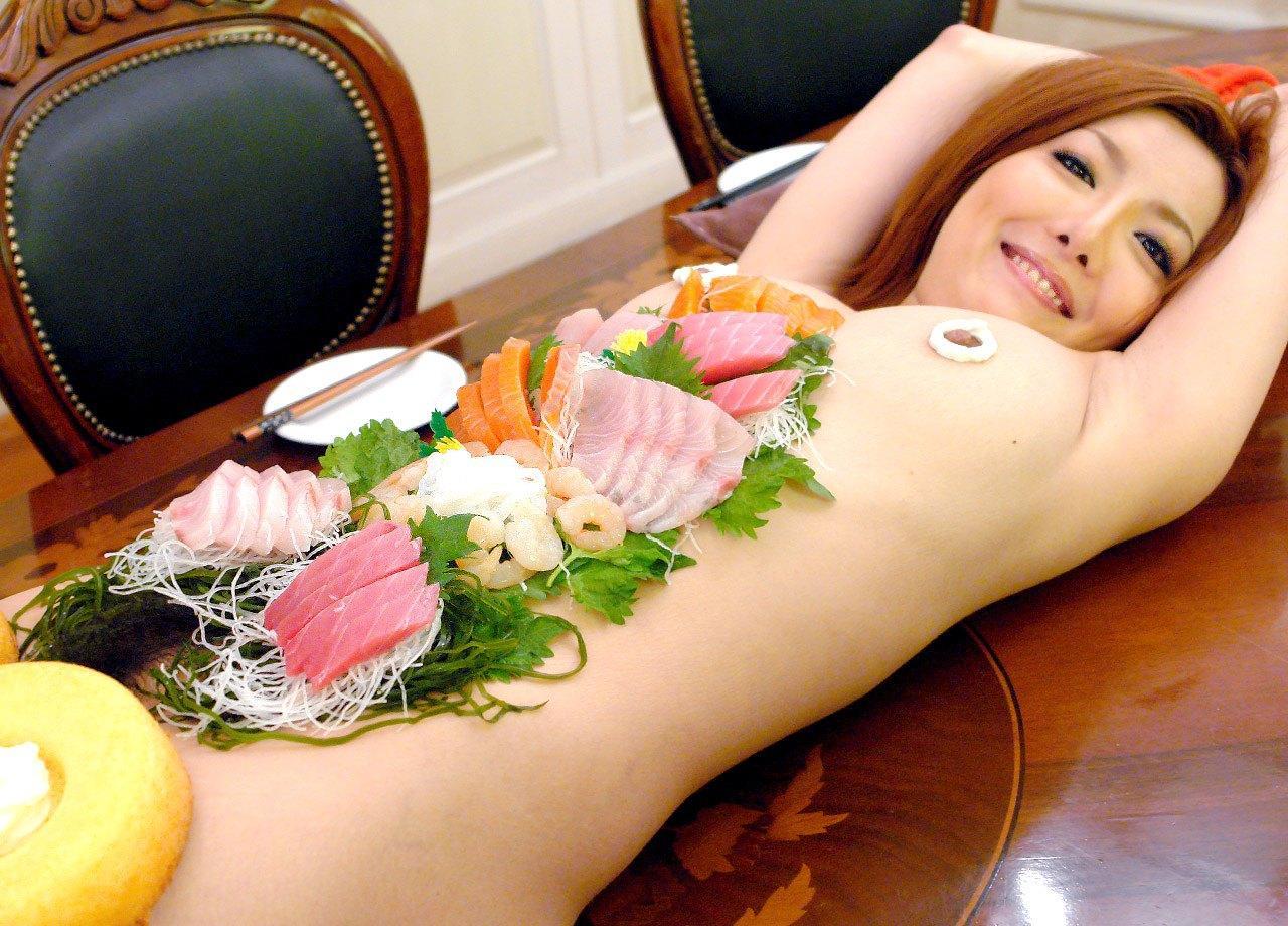 【女体盛りエロ画像】鮮度のあるうちに完食推奨w選ばれた者だけが味わえる女体盛りwww 14