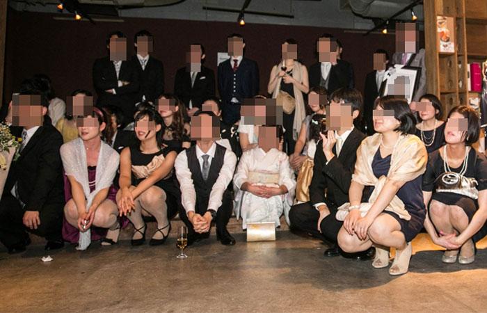 【パンチラエロ画像】ミニ着用者を前列にして…記念写真パンチラの完成www 001