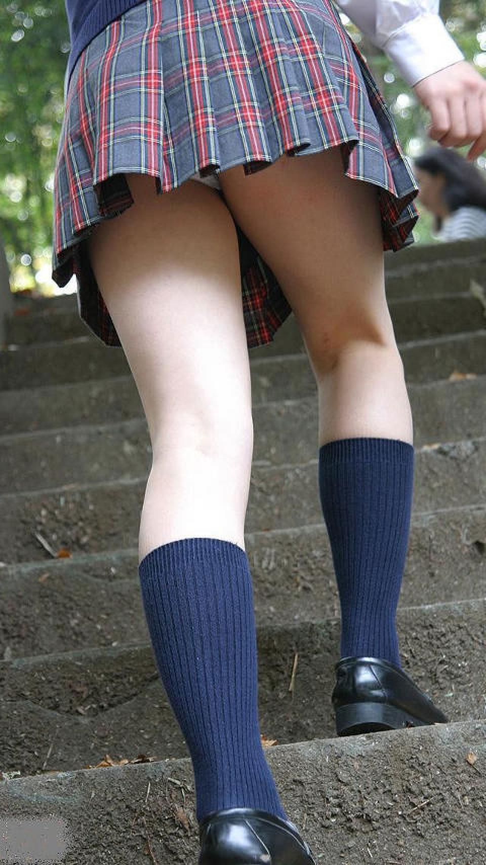 【パンチラエロ画像】階段はチラ見えの味方!ミニスカ見上げりゃそこには生パンwww 03