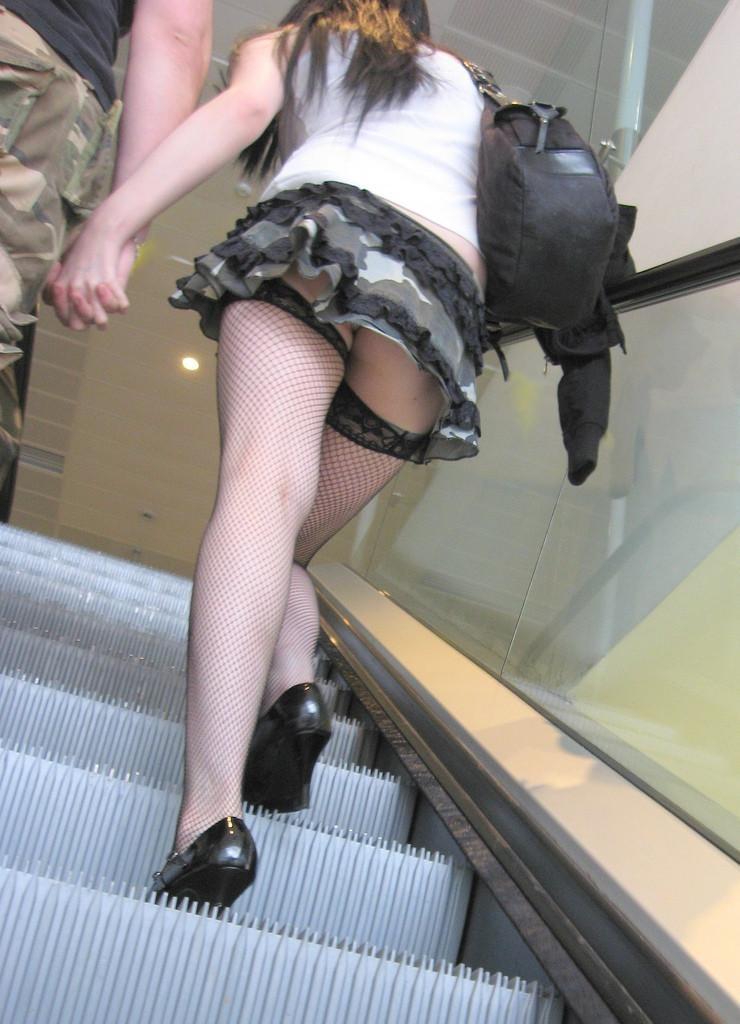 【パンチラエロ画像】階段はチラ見えの味方!ミニスカ見上げりゃそこには生パンwww 09