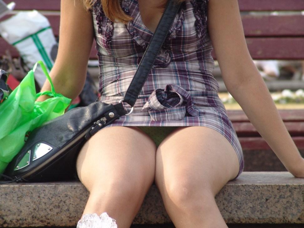 【パンチラエロ画像】腰掛けたらもう見られている!見え過ぎな座りパンチラwww 04