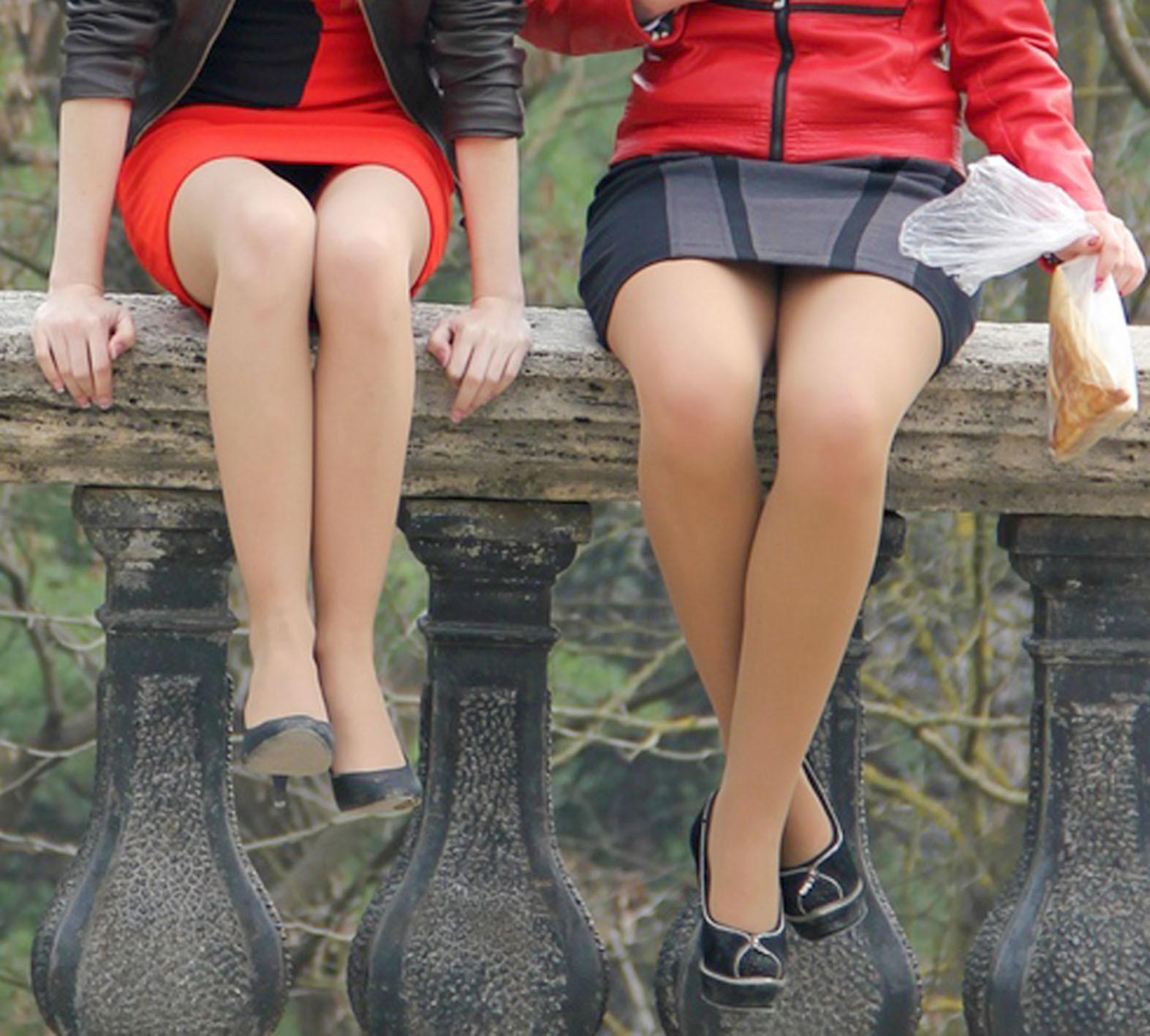 【パンチラエロ画像】腰掛けたらもう見られている!見え過ぎな座りパンチラwww 05