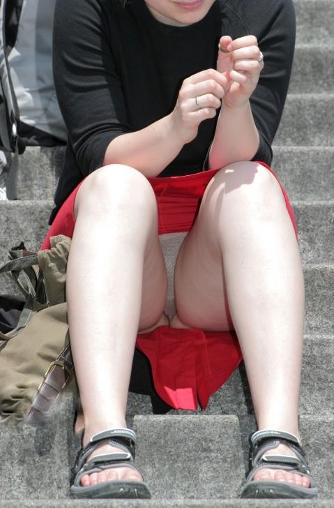 【パンチラエロ画像】腰掛けたらもう見られている!見え過ぎな座りパンチラwww 14
