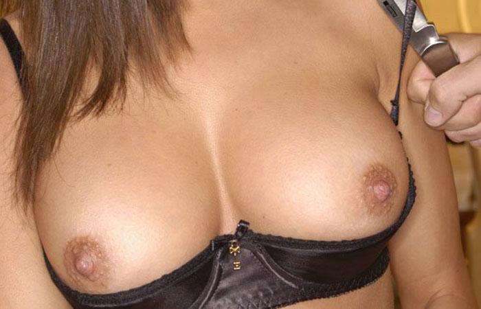 【下着エロ画像】無血開城の証みたいなカップレスな乳丸出しブラジャーwww 001
