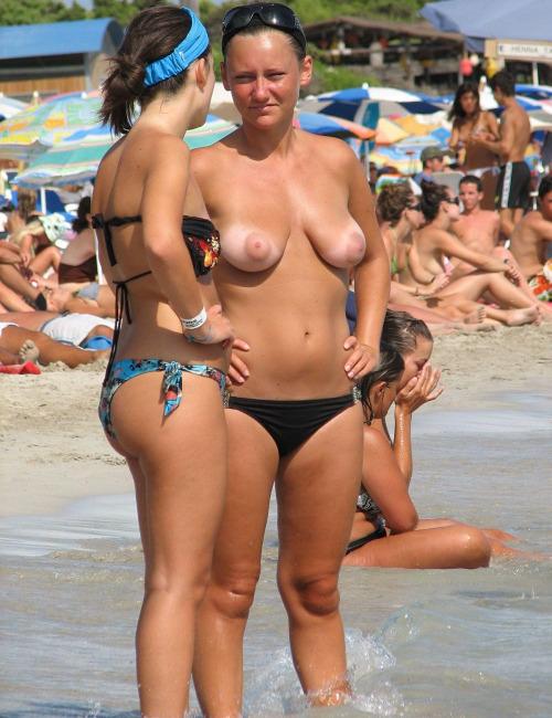 【海外エロ画像】出してるからには見放題!トップレスな海外女性たちの生乳www 13
