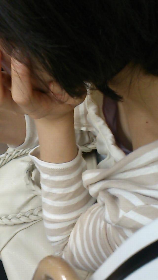 【胸チラエロ画像】知らない人なのに悪いねw緩んだ胸元から先っちょまで激写! 07