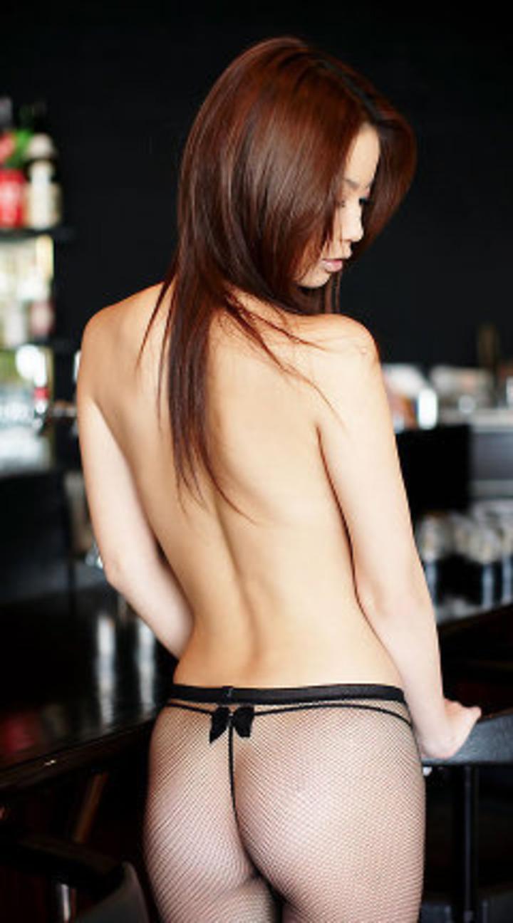 【背中エロ画像】舐め回してみたい…肌艶綺麗で淫靡な女の裸の後ろ側www 15