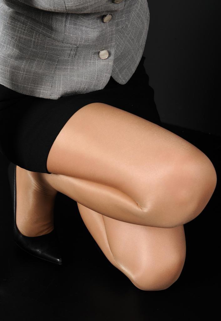 【美脚エロ画像】蒸れてますか?手触りと香りの気になるパンスト下半身www 10