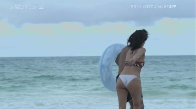 【テラスハウスキャプエロ画像】福山智可子のぷりんぷりん尻がハミ出す水着回が約1ヶ月ぶりにキタww
