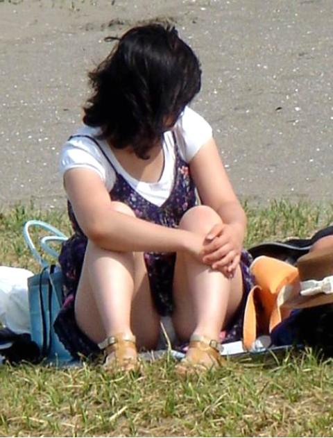【パンチラエロ画像】見逃すものか!広場で座り込んだ女子たちの丸見えパンツwww 02