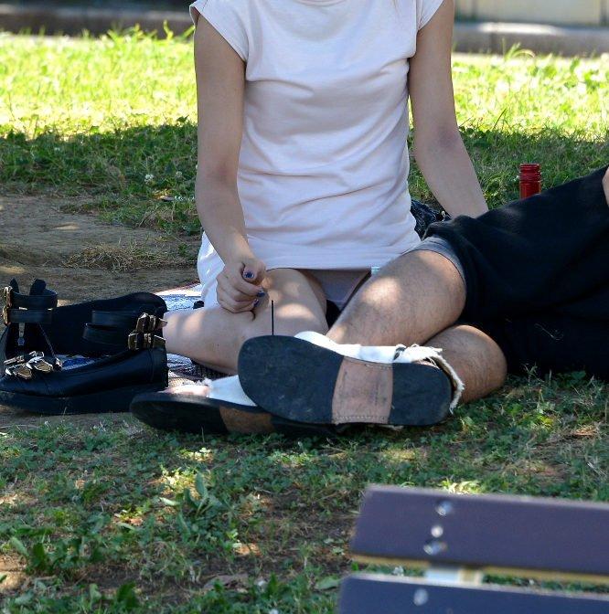 【パンチラエロ画像】見逃すものか!広場で座り込んだ女子たちの丸見えパンツwww 04