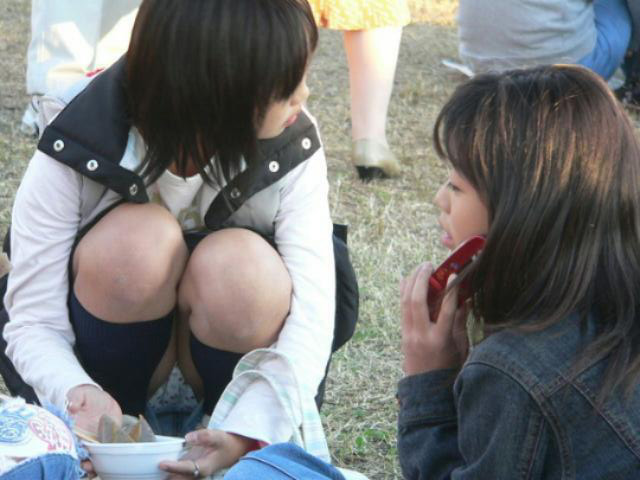 【パンチラエロ画像】見逃すものか!広場で座り込んだ女子たちの丸見えパンツwww 05