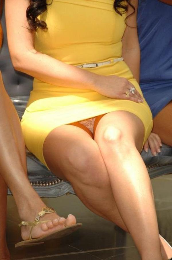 【パンチラエロ画像】見逃すものか!広場で座り込んだ女子たちの丸見えパンツwww 08