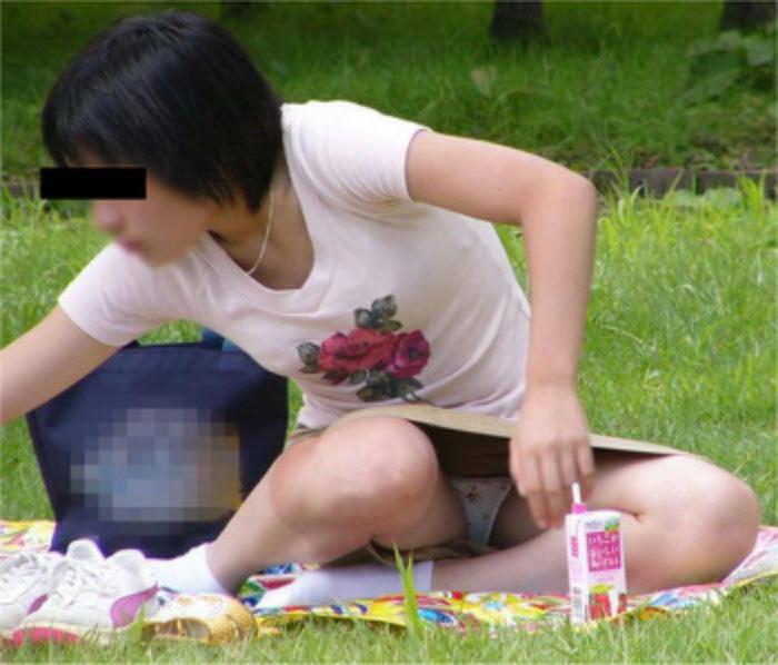 【パンチラエロ画像】見逃すものか!広場で座り込んだ女子たちの丸見えパンツwww 09