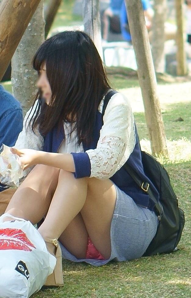 【パンチラエロ画像】見逃すものか!広場で座り込んだ女子たちの丸見えパンツwww 13