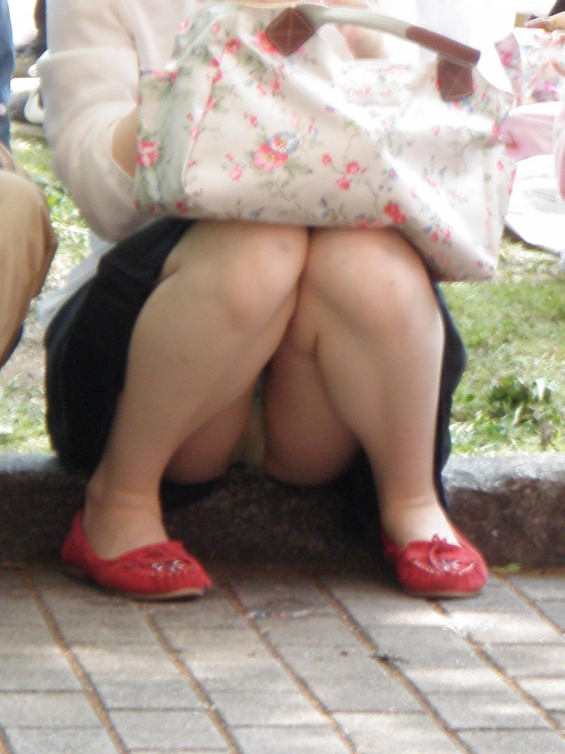 【パンチラエロ画像】見逃すものか!広場で座り込んだ女子たちの丸見えパンツwww 14