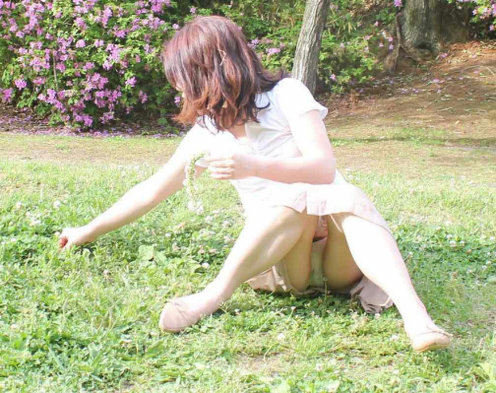 【パンチラエロ画像】見逃すものか!広場で座り込んだ女子たちの丸見えパンツwww 15