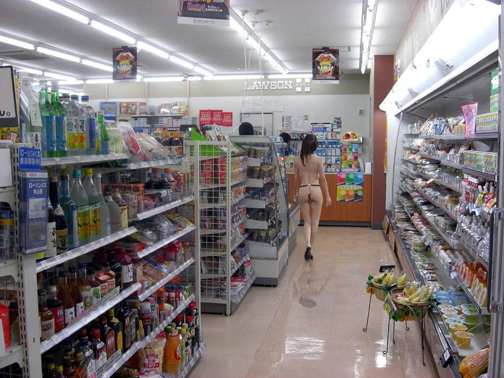 【露出エロ画像】店長はお怒りですwお店の中でこっそりと脱ぐ変態さんwww 12