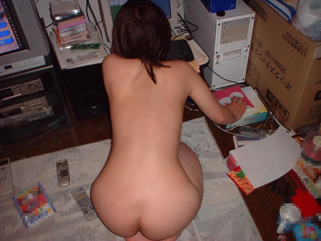 【家庭内エロ画像】パジャマぐらい着ましょう…PC依存ゆえの全裸待機www 12