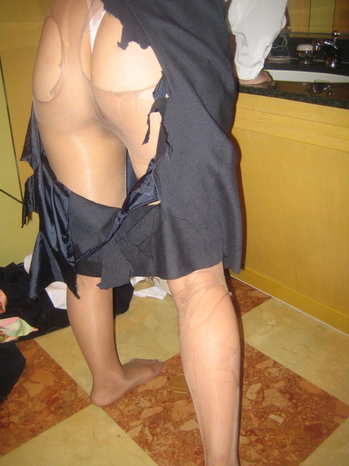 【切り裂きエロ画像】一体何があった!?無残に服を破られ恥部丸見えの人達www 03