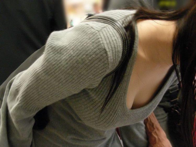 【胸チラエロ画像】見えたからつい…バレると気まずい緩い胸元観察www 04