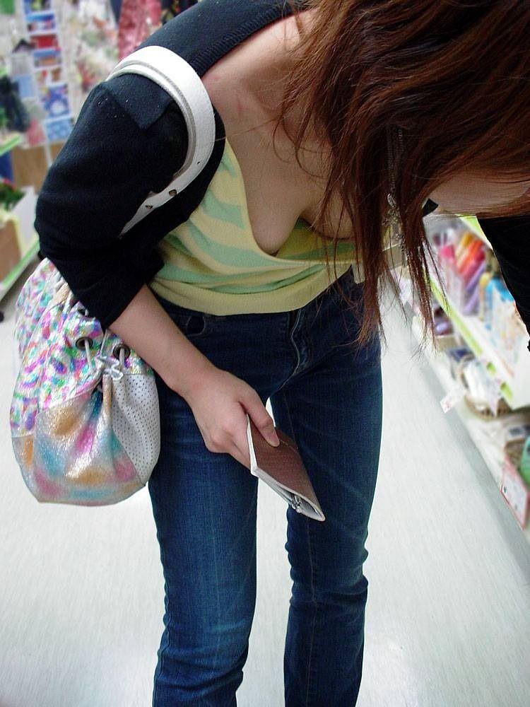 【胸チラエロ画像】見えたからつい…バレると気まずい緩い胸元観察www 13