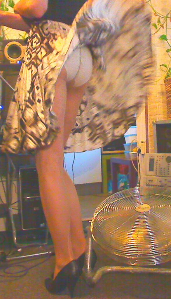 【パンチラエロ画像】偶然を引き寄せて見えた!風パンチラで生尻ゲットwww 08