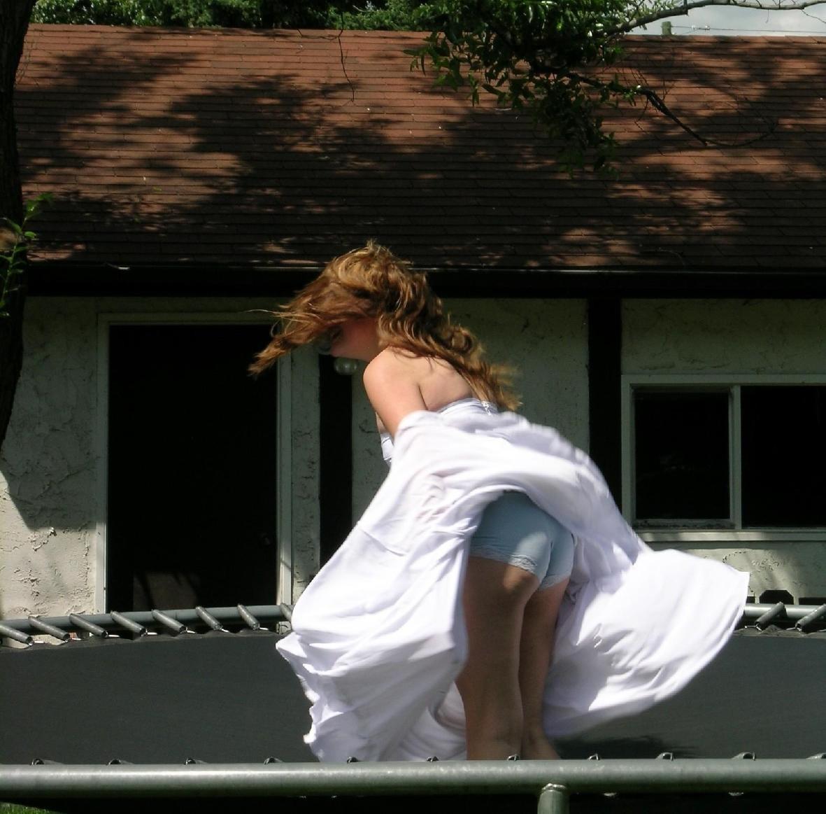 【パンチラエロ画像】偶然を引き寄せて見えた!風パンチラで生尻ゲットwww 09