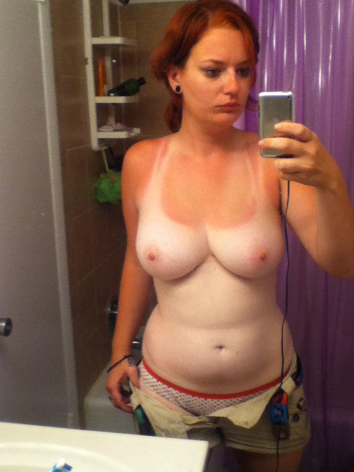 【日焼けエロ画像】胸の白い△がたまらない…日焼けあと眩しいおっぱいwww 02