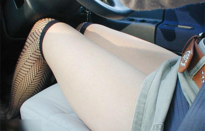 【美脚エロ画像】運転中ならズリ上がりやすいw車内でミニスカ女子の下着と太ももチェックwww 001