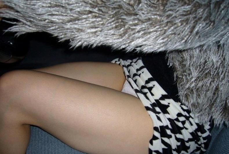 【美脚エロ画像】運転中ならズリ上がりやすいw車内でミニスカ女子の下着と太ももチェックwww 12