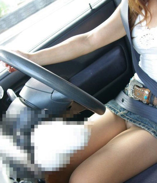 【美脚エロ画像】運転中ならズリ上がりやすいw車内でミニスカ女子の下着と太ももチェックwww 15