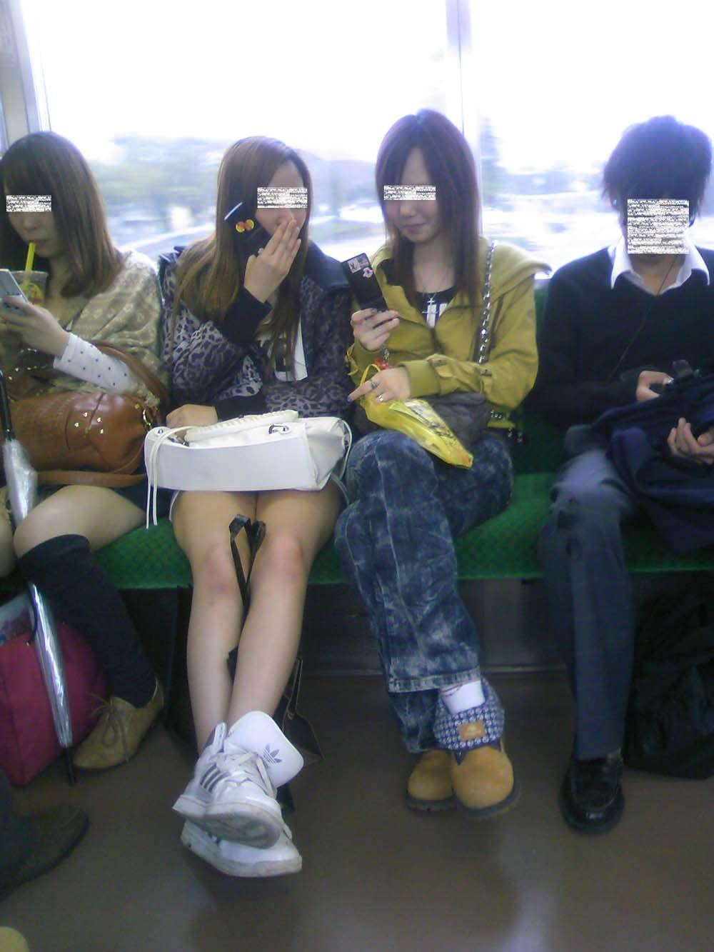 【パンチラエロ画像】何度も乗れば見られる日もある電車のパンチラwww 04