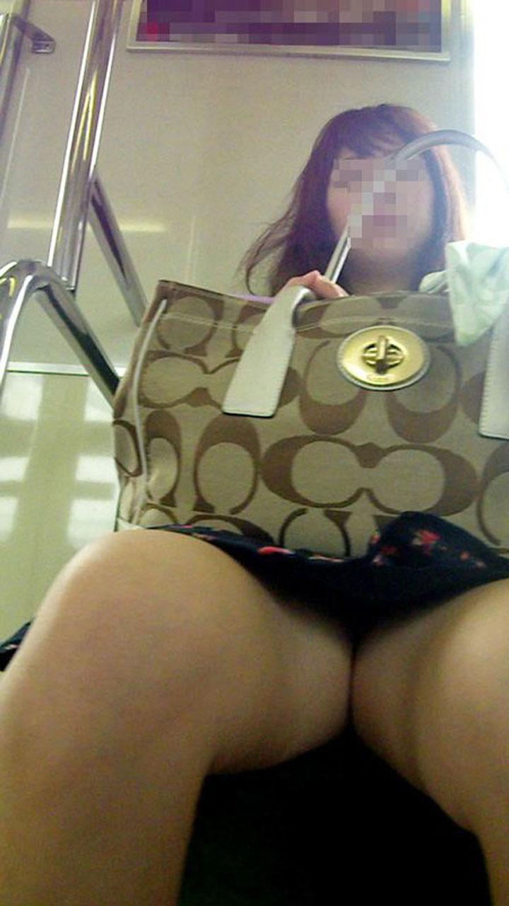 【パンチラエロ画像】何度も乗れば見られる日もある電車のパンチラwww 09