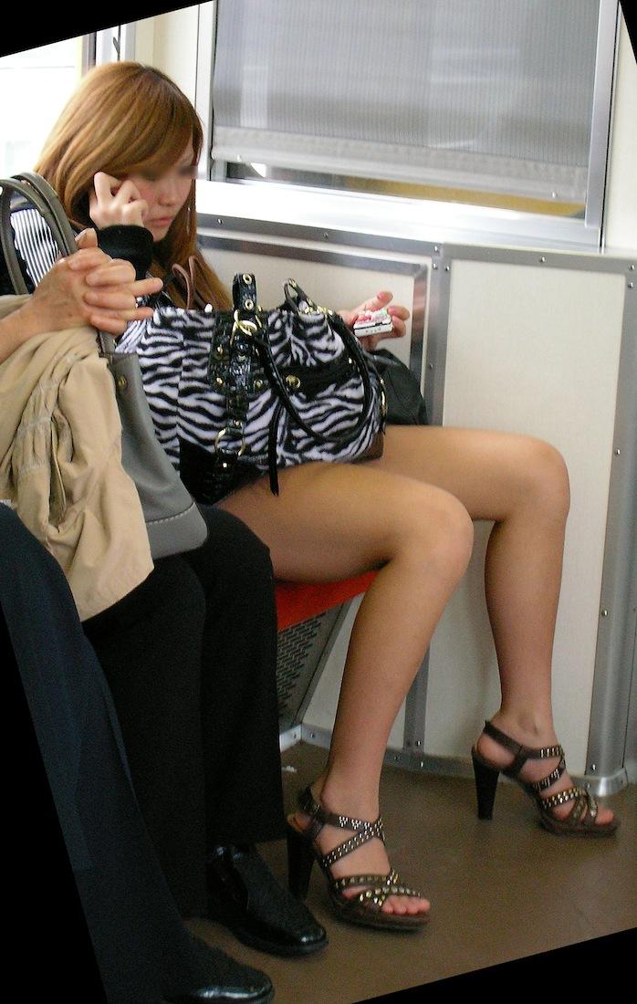 【パンチラエロ画像】何度も乗れば見られる日もある電車のパンチラwww 14