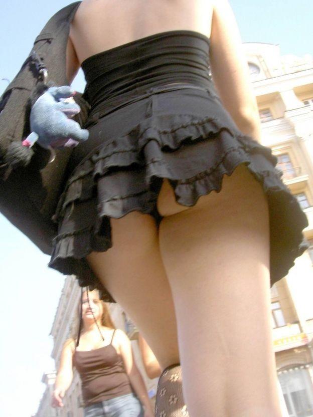 【パンチラエロ画像】これがローアン!斜め下からミニスカ覗いて絶景www 15