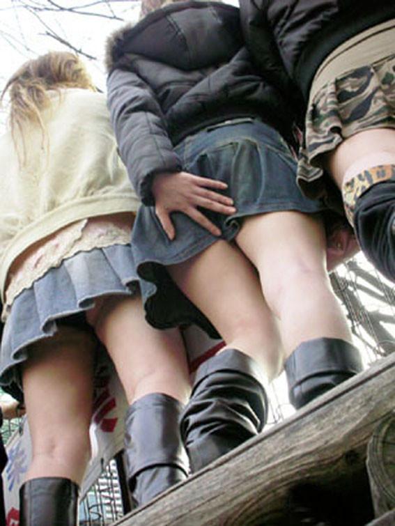 【パンチラエロ画像】無駄行動の人もいるwスカート抑えてパンチラ対策www 04
