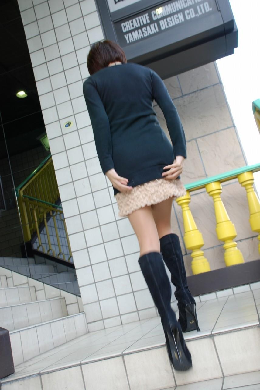【パンチラエロ画像】無駄行動の人もいるwスカート抑えてパンチラ対策www 10