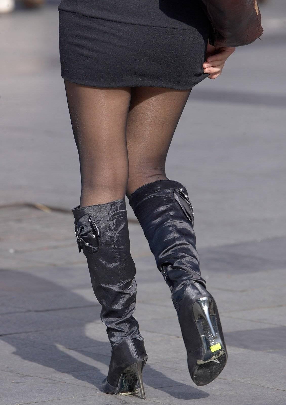 【パンチラエロ画像】無駄行動の人もいるwスカート抑えてパンチラ対策www 11