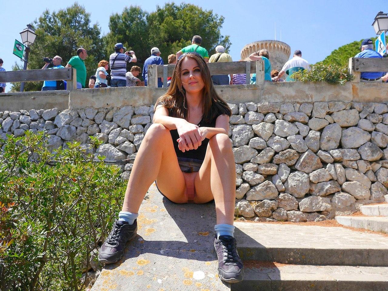 【ノーパンエロ画像】スカートの中が涼しそう…海外ノーパン痴女たちの露出www 08