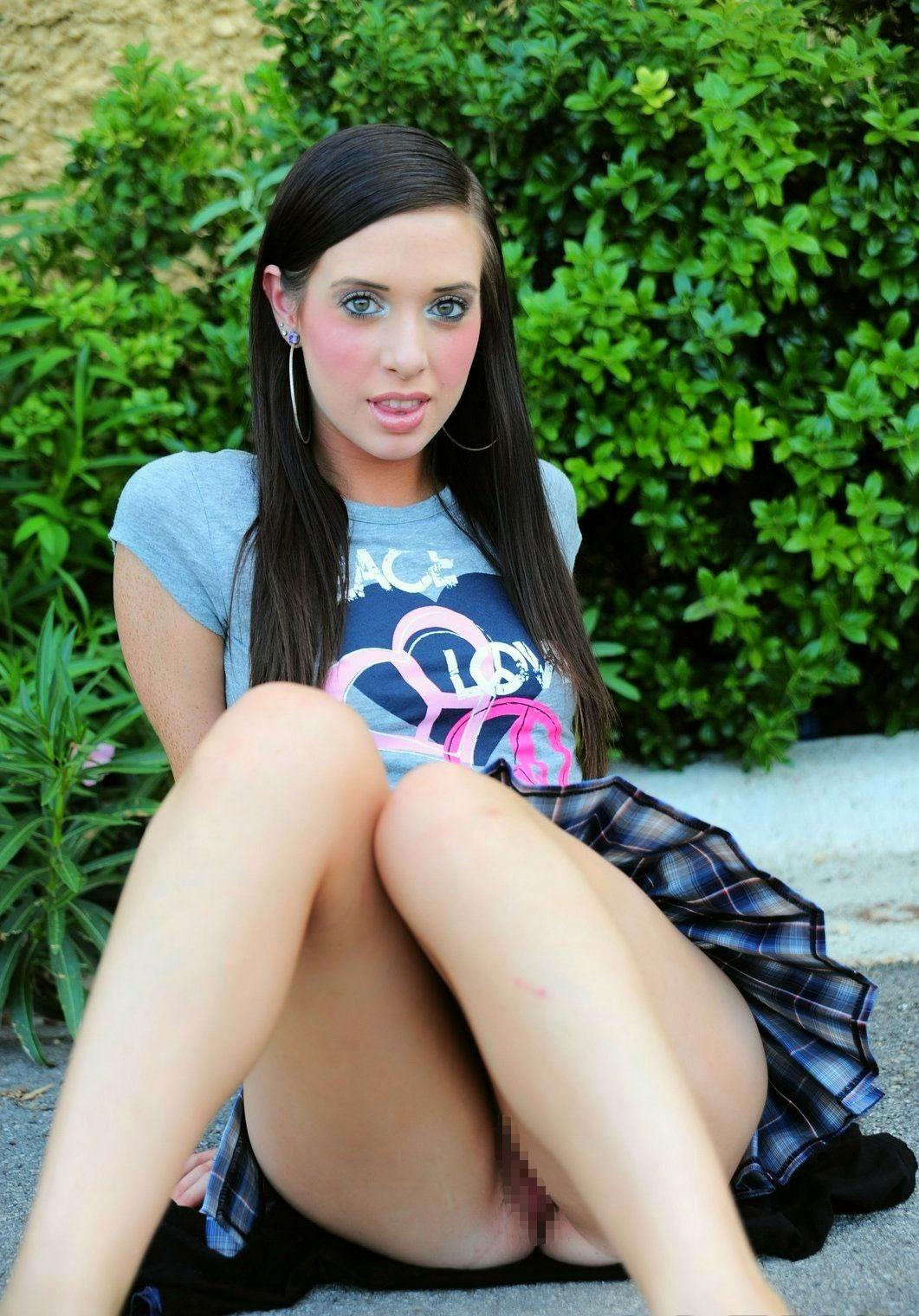 【ノーパンエロ画像】スカートの中が涼しそう…海外ノーパン痴女たちの露出www 14