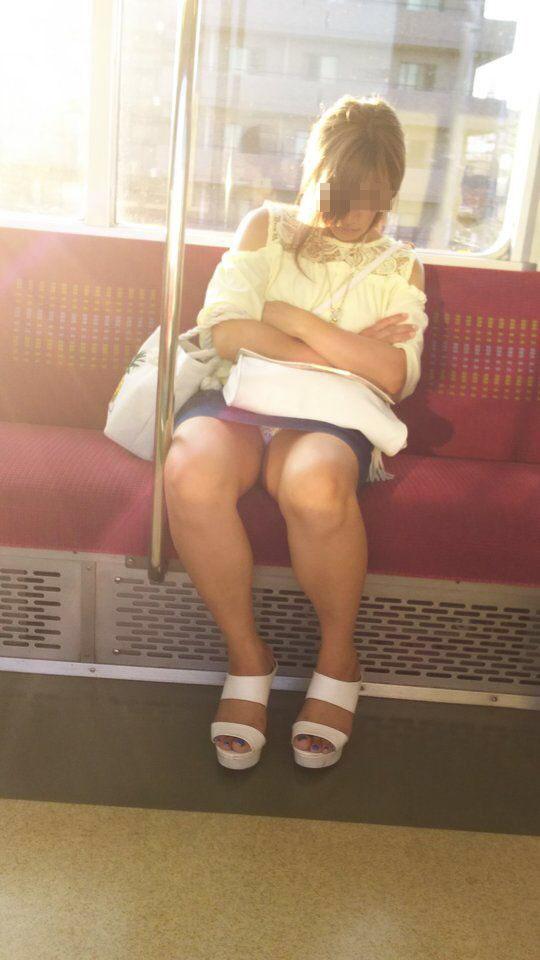 【パンチラエロ画像】終点まで降りるんじゃないw電車内の対面ミニスカを狙う! 03