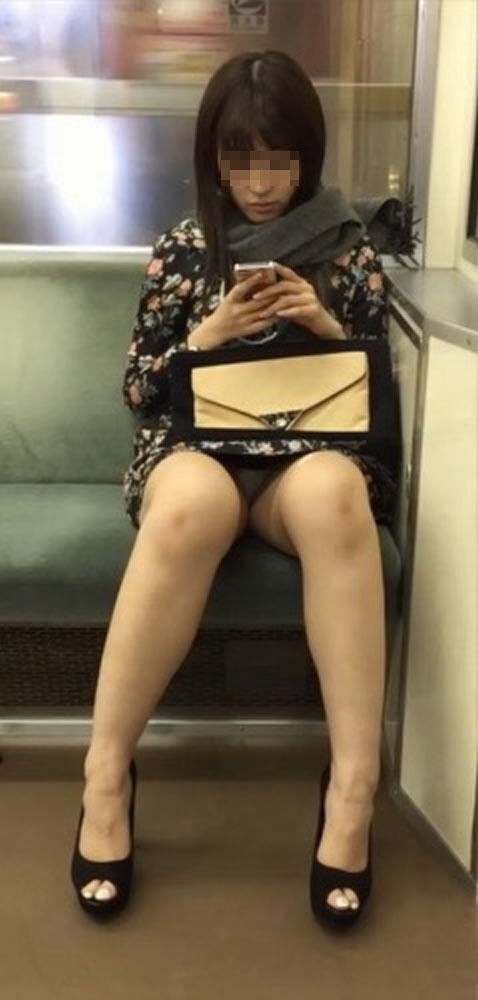 【パンチラエロ画像】終点まで降りるんじゃないw電車内の対面ミニスカを狙う! 06